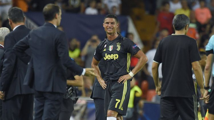 Cristiano Ronaldo menangis usai mendapatkan kartu merah. Copyright: © INDOSPORT