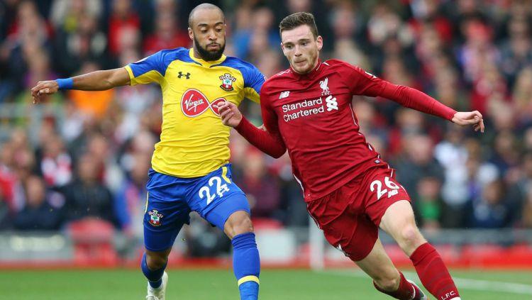 Bek Liverpool Andre Robertson berjibaku dengan pemain Southampton. Copyright: © Liverpool