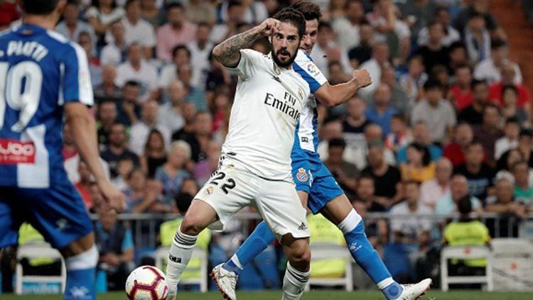Pemain Real Madrid, Isco, kabarnya sedang mencari rumah baru di Inggris. Kemungkinan ini merupakan pertanda bahwa ia akan segera merapat ke Manchester United. Copyright: © Getty Images