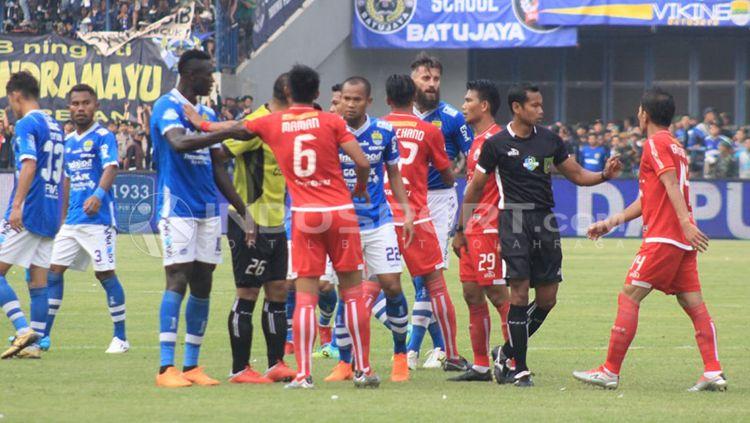 Sempat terjadi konflik antara pemain Persib vs Persija. Copyright: © Arif Rahman/INDOSPORT