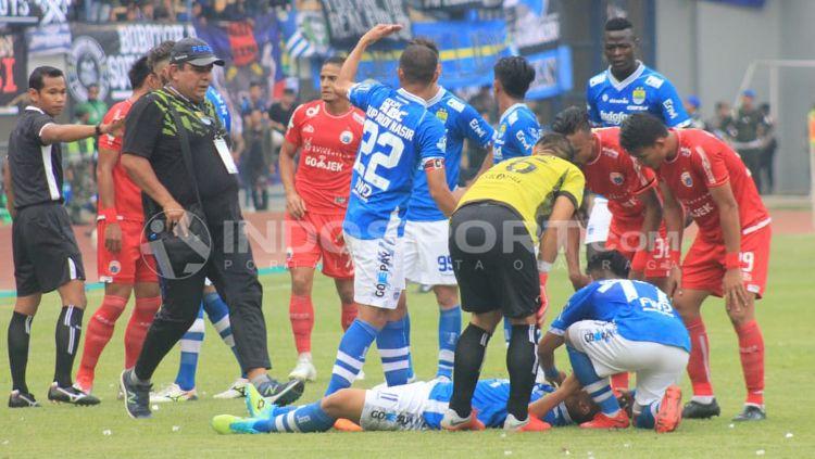 Pemain Persib mengalami cedera. Copyright: © Arif Rahman/INDOSPORT