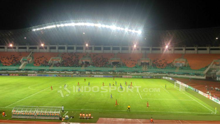 Laga Timnas Indonesia U-19 vs Thailand U-19 sepi penonton. Copyright: © Petrus Manus Da Yerrimon/INDOSPORT
