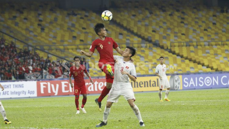 Sutan Zico berebut bola di udara. Copyright: © INDOSPORT/Abdurrahman Ranala