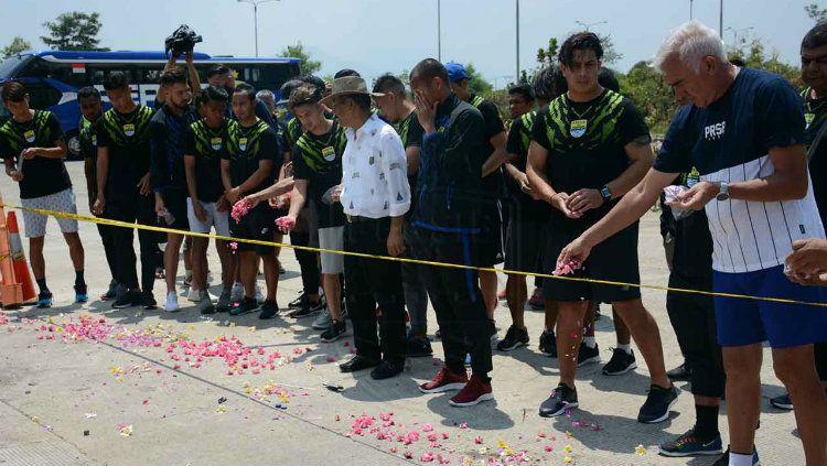 Pemain dan staf Persib BAndung melakukan tabur bunga di lokasi tewasnya Jakmania Haringga Sirla. Copyright: © Persib