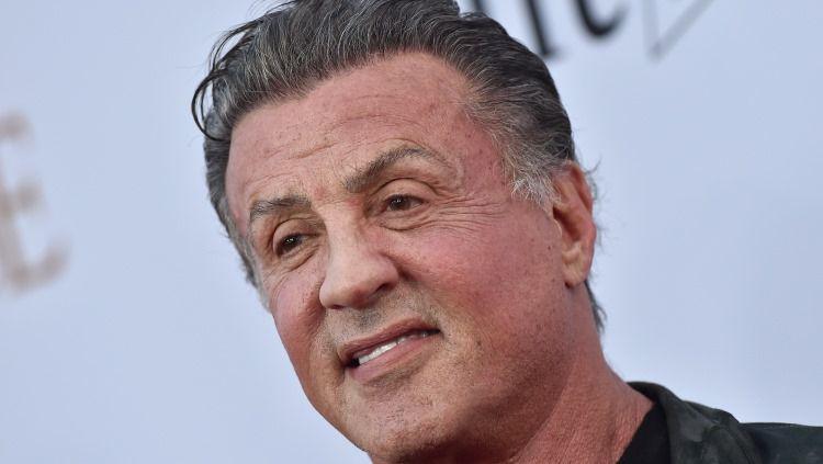 Sylvester Stallone memang bukan seorang petinju. Namun ia berhasil menjadi satu-satunya aktor yang masuk dalam daftar International Boxing Hall of Fame. Copyright: © Axelle/Bauer-Griffin