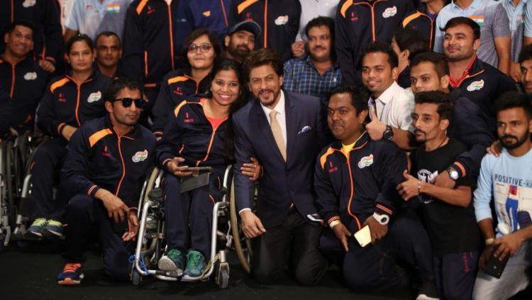 Shah Rukh Khan bersama kontingen Asian Para Games 2018 India. Copyright: © The Statesman