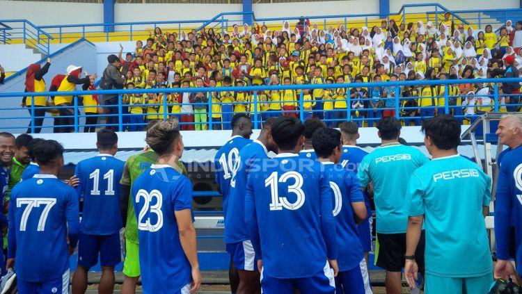 Pemain Persib Bandung, menghampiri tribun yang ditempati ratusan anak SD di Stadion Sport Jabar Arcamanik, Kora Bandung, Kamis (27/09/2018). Copyright: © Arif Rahman/Indosport.com