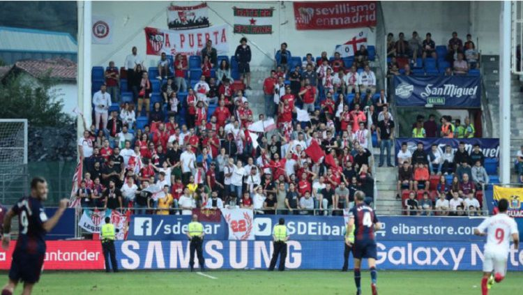Tribun belakang gawang stadion Ipurua Municipal ambruk sesaat setelah pemain Sevilla mencetak gol. Copyright: © twitter @sevillaFC