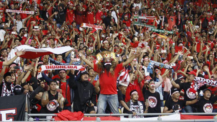 Aksi suporter tiada henti dukung timnas Indonesia di Bukit Jalil. Copyright: © Abdurrahman Ranala/INDOSPORT