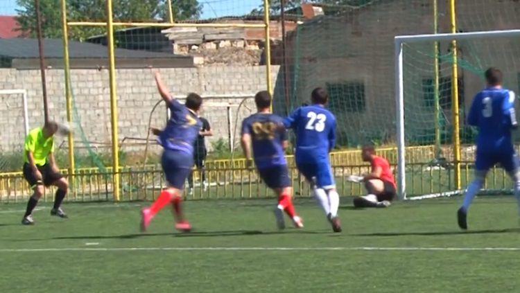 Wasit bernama Atay Daudov tidak sengaja cetak gol di Liga Rusia. Copyright: © Sport Bible