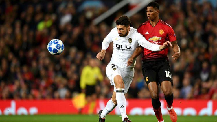 Marcus Rashford ditempel pemain Valencia. Copyright: © Getty Images