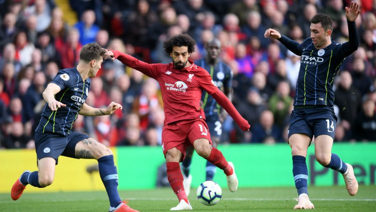 Mohamed Salah diapit ikeh dua pemain Manchester City. Copyright: © Getty Images
