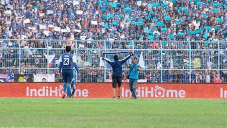 Suporter Arema FC yang melakukan penimpukan terhadap para pemain Persebaya. Copyright: © Emosi Jiwaku/Joko Kristiono