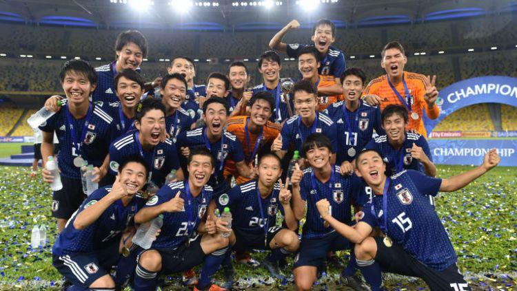 Timnas Jepang U-16 saat merayakan gelar Piala Asia U-16 2018. Copyright: © The-AFC.com
