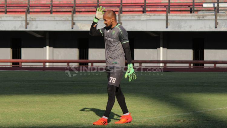 Alfonsius Kelvan istirahat sejenak saat latihan bersama Persebaya beberapa waktu lalu. Copyright: © Fitra Herdian/Indosport.com