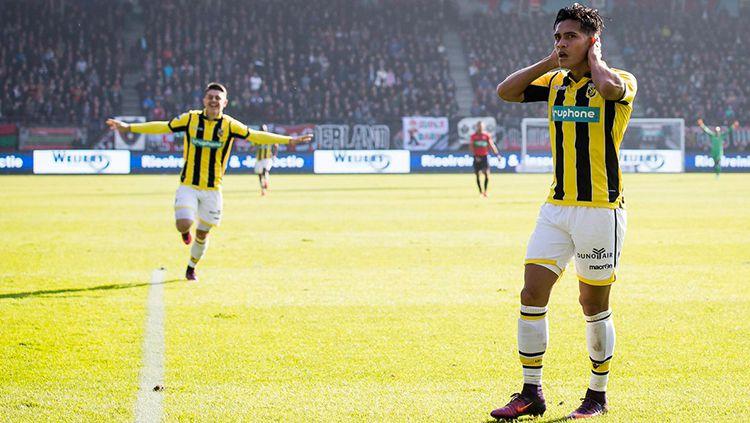 Gelandang Vitesse, Navarone Foor yang keturunan Maluku cetak gol spektakuler di kasta tertinggi sepak bola Belanda, Eredivisie musim 2018/19. Copyright: © twitter.com/seg_football