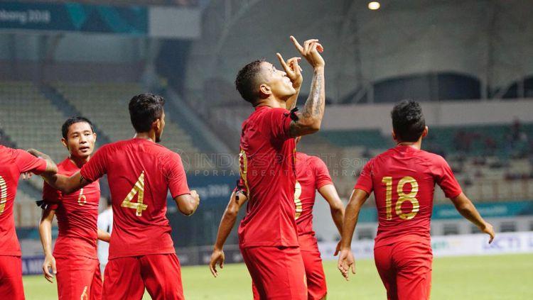 Selebrasi Alberto da Costa gol pertama untuk Indonesia vs Myanmar. Copyright: © Herry Ibrahim/Indosport.com