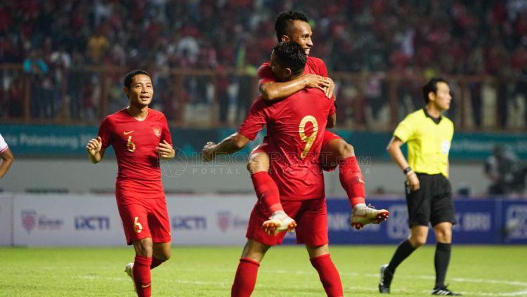 Selebrasi Irfan Jaya dan Alberto da Costa, gol ketiga untuk Indonesia vs Myanmar. Copyright: © Herry Ibrahim/Indosport.com