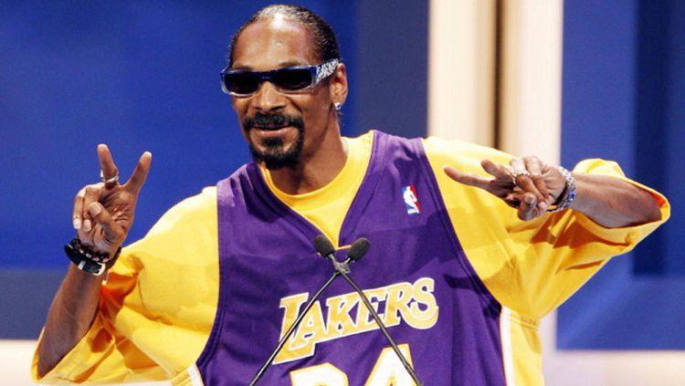 Rapper legendaris Amerika Serikat, Snoop Dogg punya cara tak biasa dalam merayakan gelar juara NBA 2019/20 yang diraih LA Lakers. Copyright: © The Tropixs