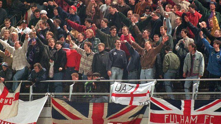 Suporter klub Liga Inggris memberi dukungan di Stadion. Copyright: © Mirror