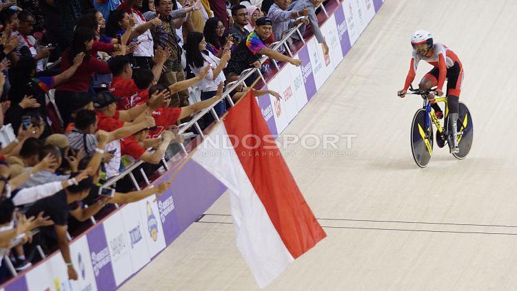 Atlet Para Cycling Indonesia, M. Fadli Immamuddin mendapat pelukan dari penonton usai mengalahkan atlet Malaysia, Mohd Najib pada babak final Men's Individual Pursuit 4000M di Jakarta International Velodrome, Jumat (12/10/18). M. Fadli berhak atas raihan Copyright: © Herry Ibrahim/INDOSPORT
