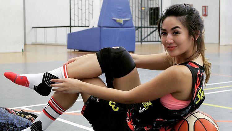 Senyum manias Maria Selena saat melapas sepatu. Copyright: © Maria Selena