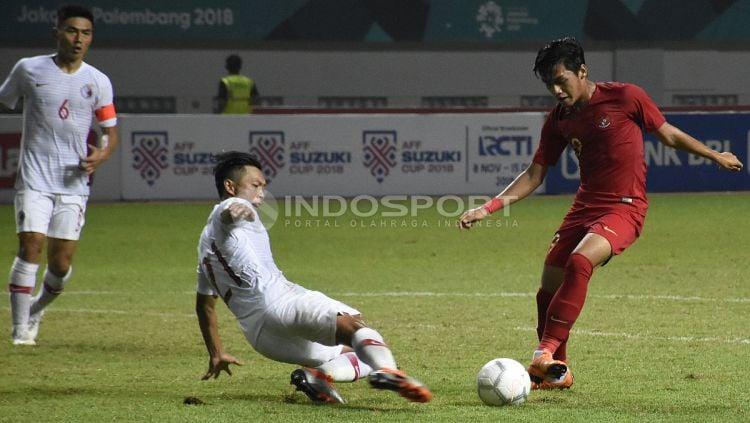 Septian David Maulana (kanan) mencoba melewati hadangan pemain belakang Hong Kong. Copyright: © Herry Ibrahim/INDOSPORT