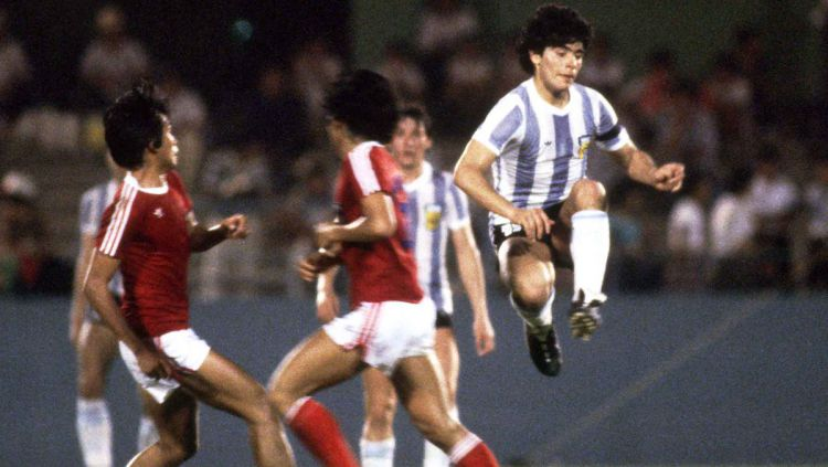 Diego Maradona saat melawan Timnas Indonesia U-19 di Piala Dunia U-20 1979. Copyright: © twitter.com/tphoto2005