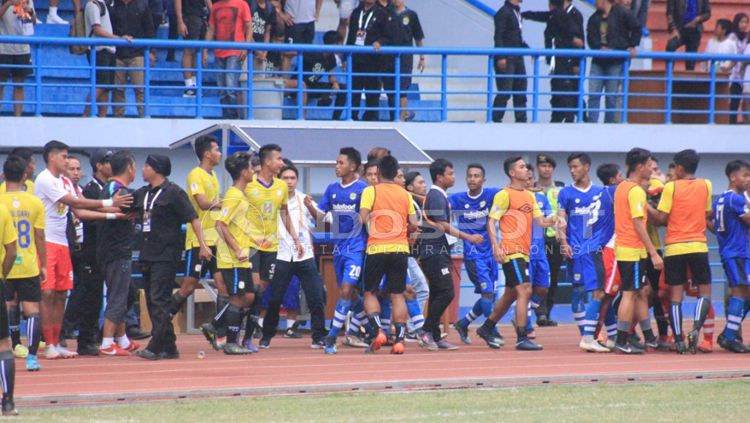 Laga Persib U-19 vs Barito Putera U-19 rusuh. Copyright: © Arif Rahman/INDOSPORT
