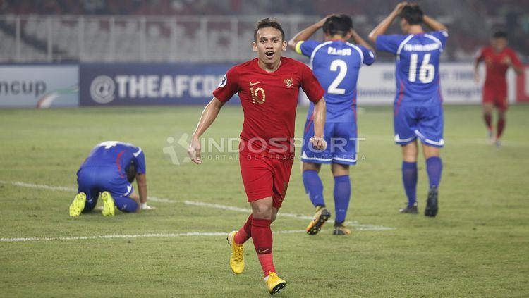 Selebrasi Egy Maulana Vikri (tengah) usai mencetak gol pertama untuk Timnas U-19. Copyright: © Herry Ibrahim/INDOSPORT
