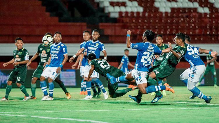 Fandi Eko Utomo berhasil menceploskan bola melalui sundulannya ke gawang Persib. Copyright: © Media Persebaya