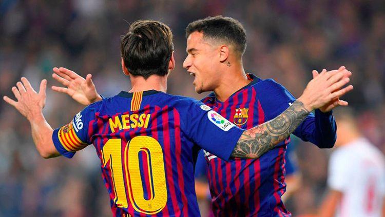 Selebrasi Messi dan Coutinho pasca membobol gawang Sevilla. Copyright: © Twitter@BarcaUniversal