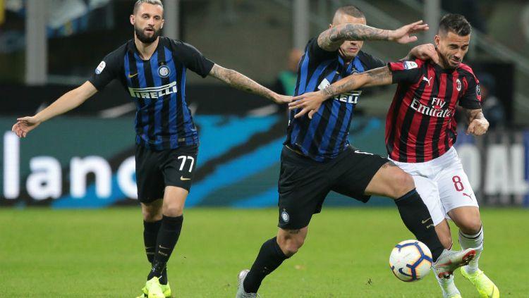 Suso mendapat pengawalan ketat dari Radja Nainggolan di laga Inter Milan vs AC Milan Copyright: © Getty Images