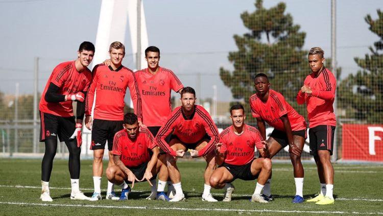 Gara-gara lakoni latihan secara terpisah, Manchester United berpotensi datangkan dua bintang Real Madrid pada bursa transfer kali ini. Copyright: © Twitter @SergioRamos