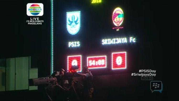 Laga PSIS Semarang vs Sriwijaya FC alami mati lampu stadion. Copyright: © Twitter@indosiarID