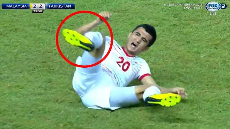 Zabirov Abdulmumin, pemain Tajikistan U-19 mengalami cedera patah kaki usai ditekel pemain Malaysia U-19. Copyright: © Fox Sport