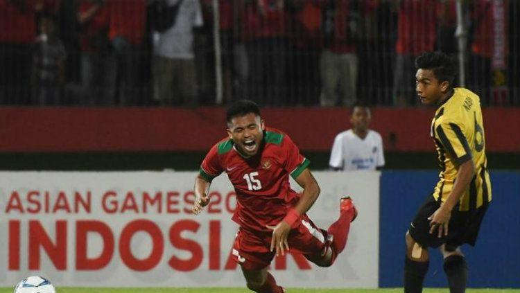 Saddil Ramdani saat dikasri bek Malaysia U-19 Nabil Hakim. Copyright: © harnas