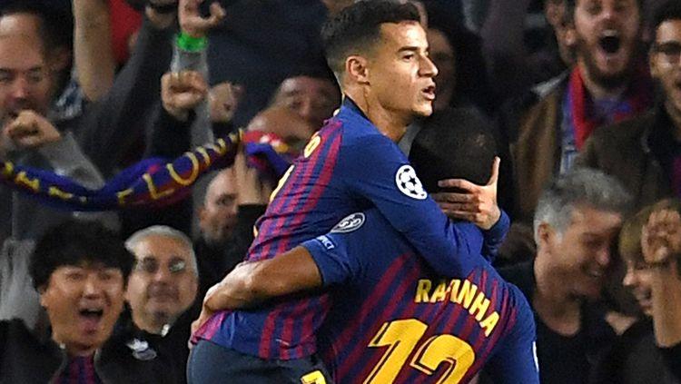 Rafinha (kanan) saat dipeluk Philippe Coutinho pasca mencetak gol di Liga Champions. Copyright: © Getty Images/David Ramos