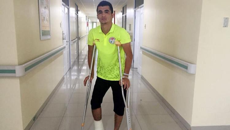 Bek Timnas Tajikistan U-19 , Ziyovuddin Fuzaylov yang menderita cedera saat melawan Malaysia di Piala Asia U-19 2018. Copyright: © Goal