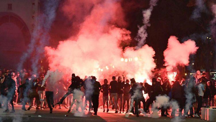 Ultras Lazio dan Marseille saling serang Copyright: © AFP