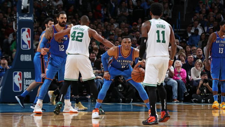Kyrie Irving berhadapan dengan Russell Westbrook dalam laga NBA Oklahoma City Thunder vs Boston Celtics. Copyright: © Getty Images
