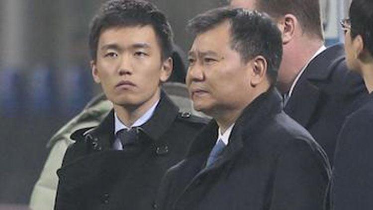 Steven Zhang (kiri) dan ayahnya, pemilik Sunning Group, yang akan menjabat sebagai presiden Inter Milan yang baru Copyright: © Football Italia