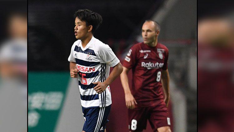 Takefusa Kubo, bintang Timnas Jepang U-19 saat berduel melawan Andres Iniesta. Copyright: © Getty Images