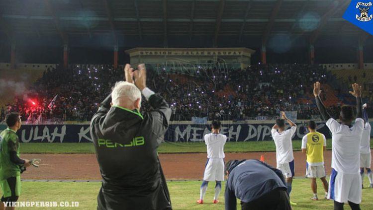 Skuat Persib Bandung mendapat dukungan langsung dari Bobotoh saat menggelar sesi latihan di Stadion Si Jalak Harupat, Soreang, Kabupaten Bandung Copyright: © Kris Andieka/vikingpersib.co.id