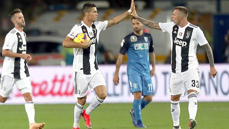 Cristiano Ronaldo berselebrasi usai mencetak gol ke gawang Empoli. Copyright: © Getty Images/Gabriele Maltinti