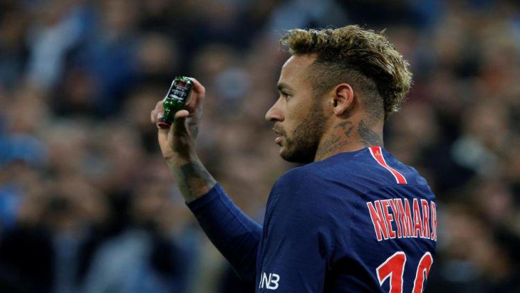 Neymar menunjukkan botol kaca yang dilemparkan kearahnya saat menghadapi Marseille Copyright: © The Sun