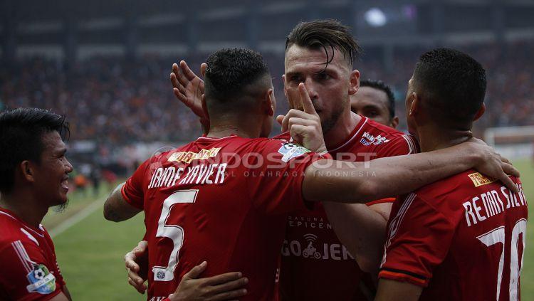 Marko Simic merayakan gol bersama rekan satu timnya. Copyright: © Herry Ibrahim/INDOSPORT