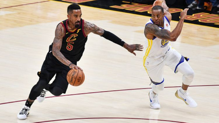 Earl Jr. Smith (kiri) pemain Cavaliers pergerakannya dijaga oleh pemain Warriors, Andre Iguodala. Copyright: © GETTYIMAGES