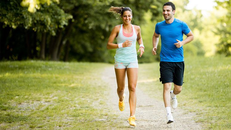 Berolahraga bersama pasangan setelah menikah akan terasa lebih menyenangkan dan penuh semangat. Copyright: © RSCF