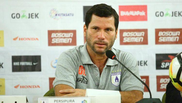 Pelatih Persipura Jayapura, Oswaldo Lessa dalam jumpa pers Copyright: © PSM Makassar